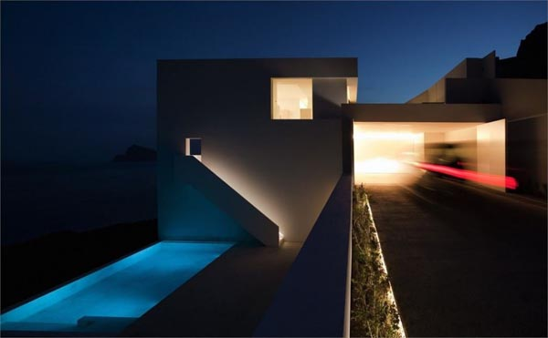Luxurious House with Pool on a Cliff in Spain by Fran Silvestre Arquitectos