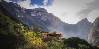 The team of P+0 Architecture designed this modern residence surrounded by Mexico's mountains.