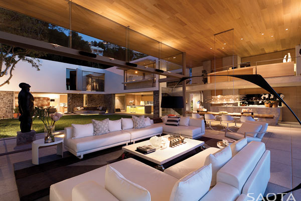 The lounge of the De Wet 34 house has wide open transitions to the exterior space.