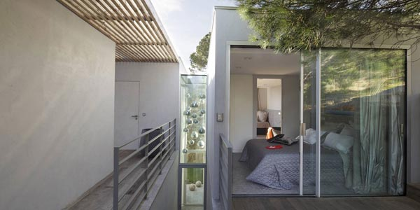 Clear forms characterize the exterior and interior design of the entire house.