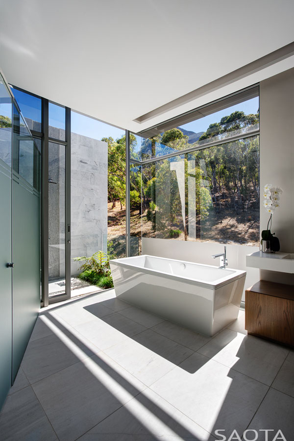 The design of this bathroom is characterized by clean and modern shapes as well as finest materials.