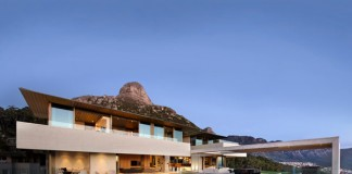 The contemporary architecture of a home In Cape Town by SAOTA.
