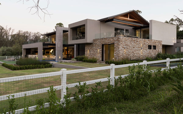 The architectural concept of the house is characterized by the connection of old and new.