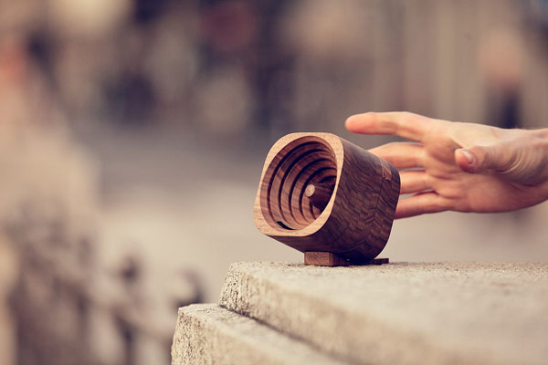 A little wooden speaker for smartphones.