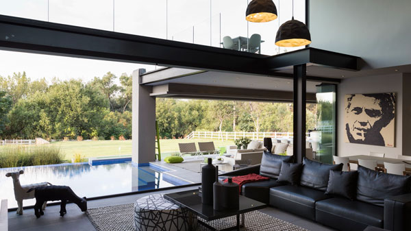 The house offers a seamless transition between indoor space and the terrace with pool.