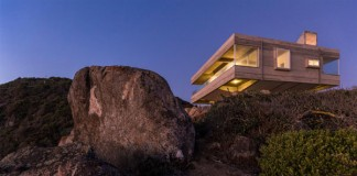 The Mirador House is a modern residence on the cliffside of Tunquén, Chile overlooking the Pacific ocean.