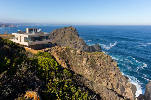 This house is placed at a breathtaking location on a steep cliff facing the Pacific ocean.