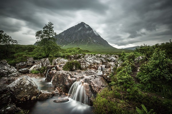 The breathtaking Scottish nature provides fairytale mountains and streams.