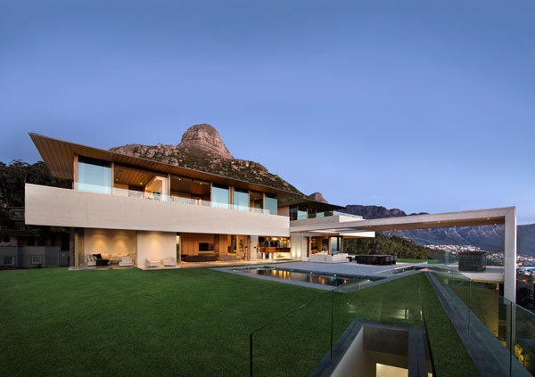 Another impression of the exterior space of the OVD 919 house by SAOTA.