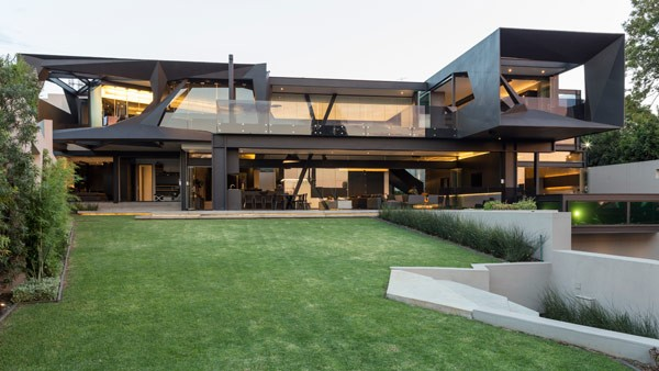 The Kloof Road House offers an unconventional design caused by diverse oblique and edgy shapes.