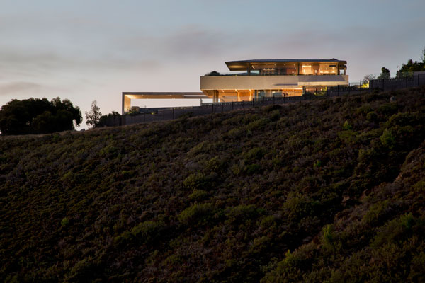 The site is located on a hill overlooking Cape Town and the sea.