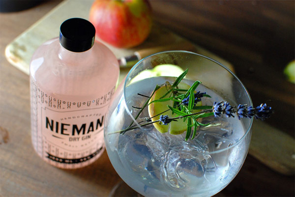 Niemand Dry Gin has a a flowery-fresh character caused by a multifaceted flavor complexity of 10 handpicked botanicals.