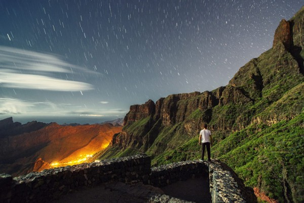 Long exposure photography with mountains and a starry sky.