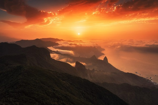 What an amazing setting of mountains, clouds and a beautiful sunset.