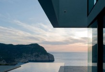 The luxurious AIBS House is situated in a predestined location on a steep cliff with great views of the Mediterranean Sea.