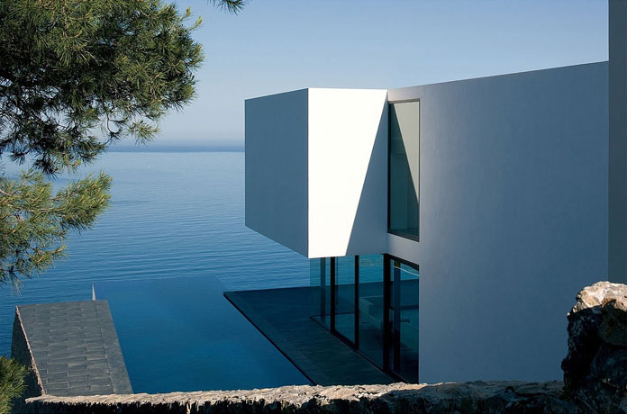 The house has an infinity pool with view of the sea.