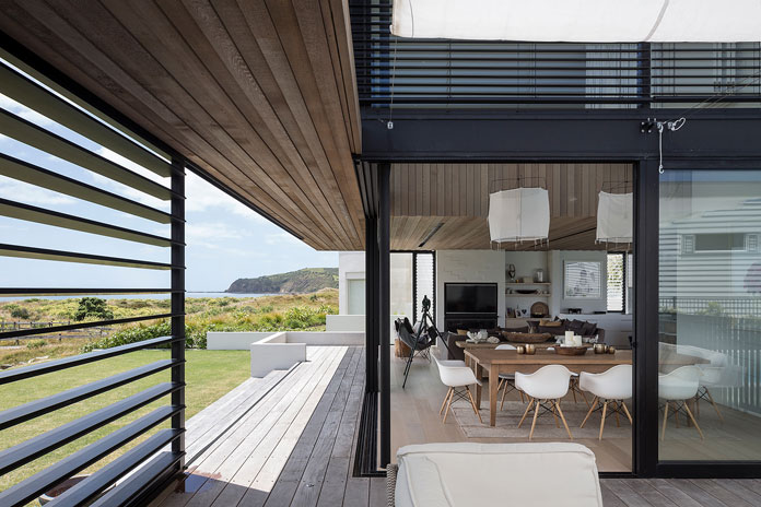 Both indoor and outdoor spaces are characterized by light wood cladding to offer a uniform style.
