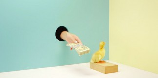 Pagar el pato. Literal: To pay the duck. Analogue: To carry the can.