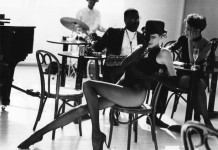 Adorable legs and jazz music - Photo: Arthur Elgort.