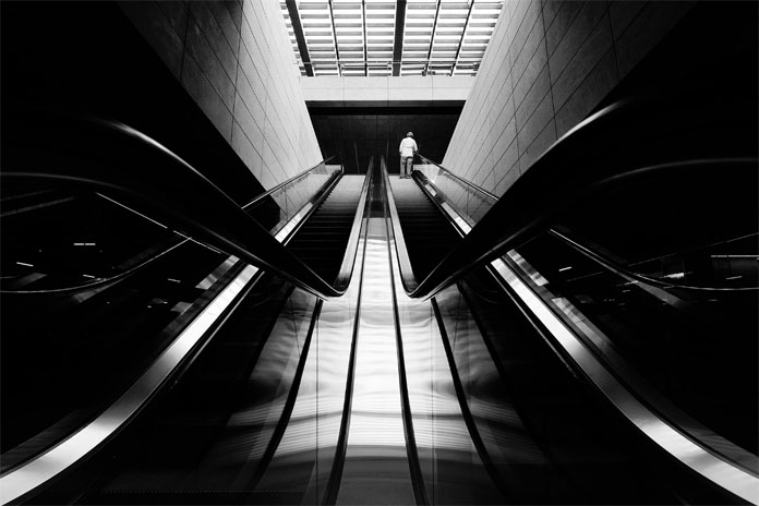 Dark mall – black and white photography by Moisés Rodríguez.