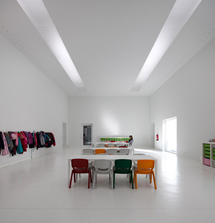 Minimalist school design by aires mateus for Da architecture