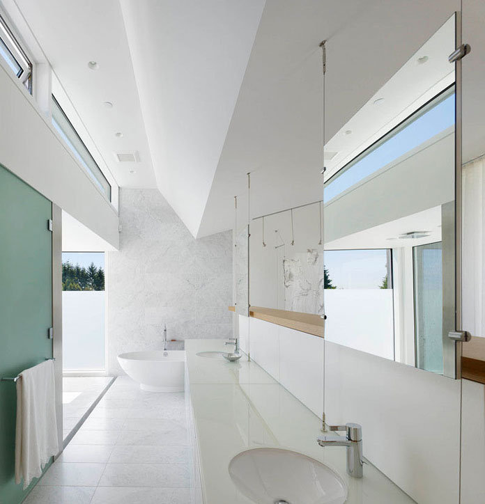 Also the bathroom is characterized by concrete walls and white, plain surfaces.