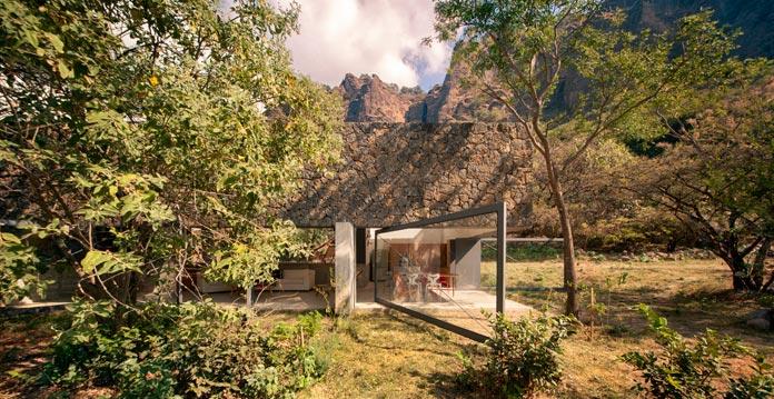 Casa Meztitla, an intervention of a natural scenery.