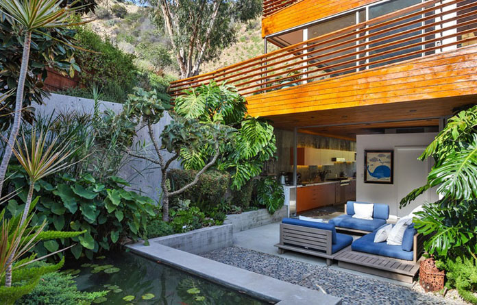 Small outdoor areas to relax.