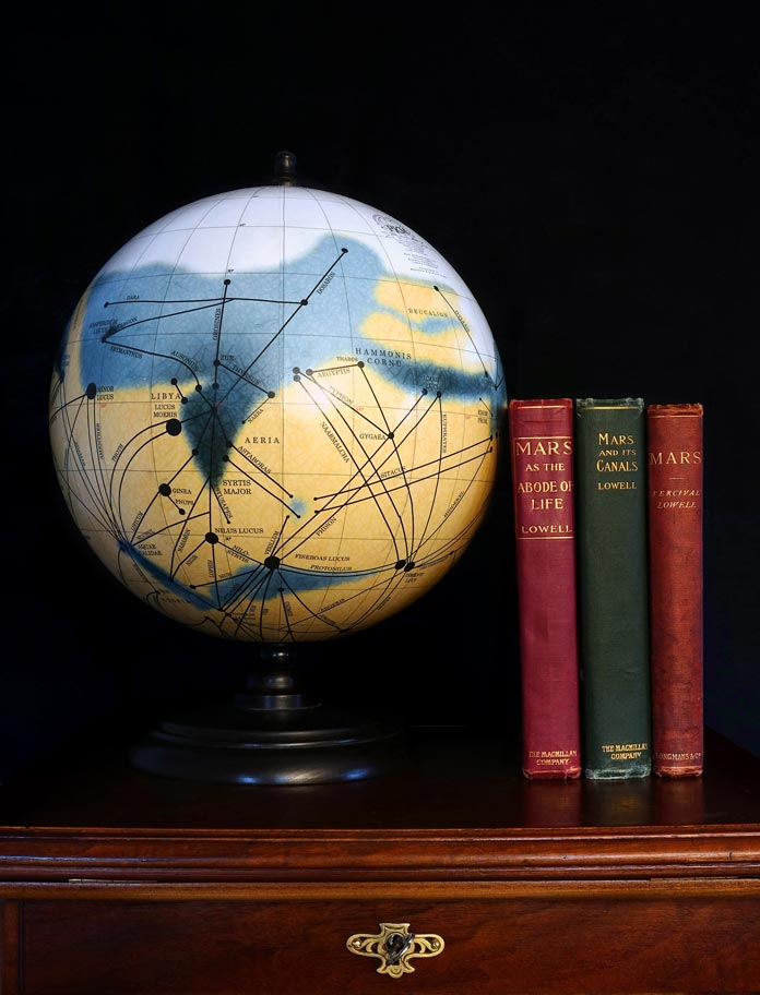 The Mars globes by the Planetenkugel-Manufaktur show the famous Mars Canal map by astronomer Percival Lowell (1905).