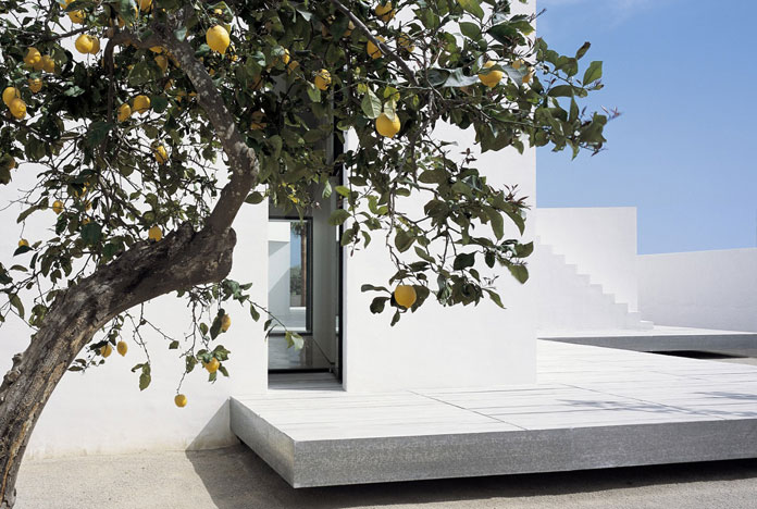 Carlos Ferrater, Clean white architecture in a Mediterranean environment.