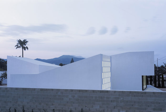 Carlos Ferrater, View over the wall towards the house.