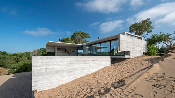 VP House by Luciano Kruk, Modern architecture in a natural landscape.