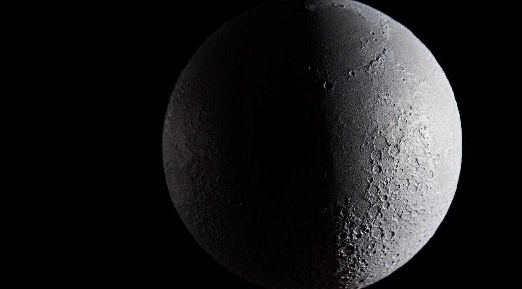 Moon Globe by Planetenkugel-Manufaktur.