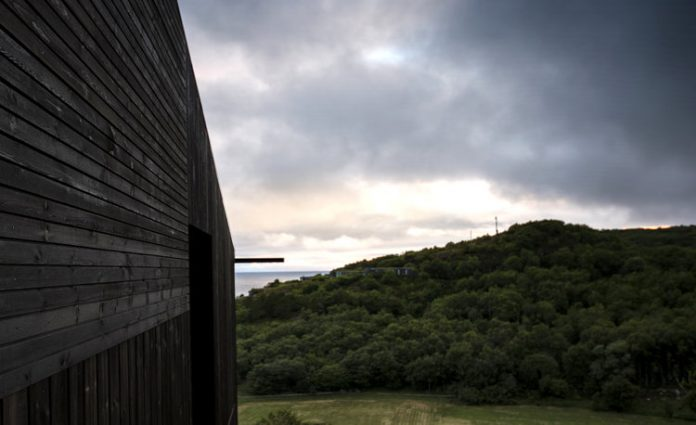 A blackwood cabin designed by Kappland Arkitekter on the Norwegian island Stokkøya.
