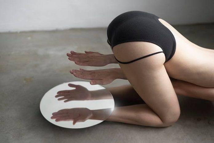 Photographs of body parts and mirror illusions by Lin Yung Cheng aka 3cm.